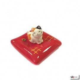 Porte-encens MANEKi NEKO sur coussin rouge en porcelaine (Miké)