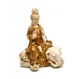 Kwan Yin (觀音 Déesse de la miséricorde) sur éléphant couché en résine ivoire et or (h24cm)