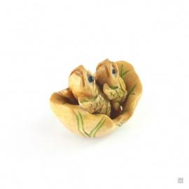 2 grenouilles dans une feuille de nénuphar en os de buffle